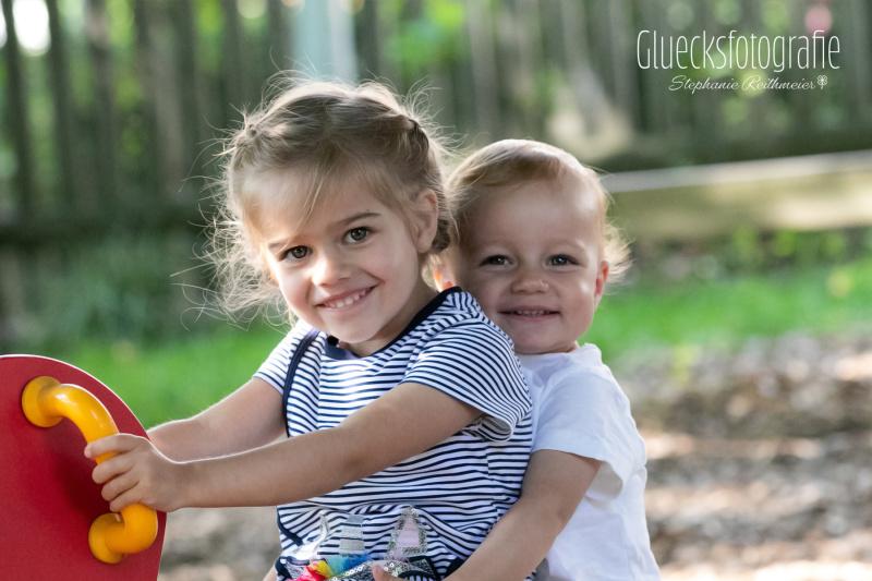 geschwisterfotos-geschwisterfotografie-kinderfotos-gluecksfotografie